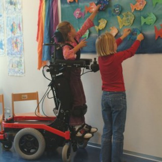 Child sitting in LEVO Combi Jr Standing Power Chair in Class